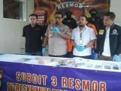 Resmob Polda Metro Jaya menangkap D (34) dan AY (35) dalam kasus pencurian brankas di Jakarta Timur. Tersangka D baru seminggu keluar dari penjara - foto: Bob/Koranjuri.com