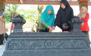 Tabur bunga di makam Sarwo Edhie Wibowo - foto: Sujono/Koranjuri.com