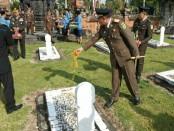 Tabur bunga di Taman Makam Pahlawan Pancaka Tirta Tabanan - foto: Istimewa