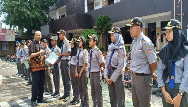 Para siswa berprestasi di Popda, mendapat reward di HUT PN dan PN2 yang ke 50 tahun dan ke 24 tahun - foto: Sujono/Koranjuri.com