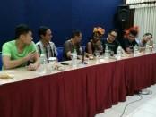 Agung Wibowo, Kepala Dinas Pariwisata dan Kebudayaan Kabupaten Purworejo, memperkenalkan grup band Glu Quintet dari Jakarta, dengan penyanyi Kgomoto Mamalia dari Afrika Selatan, sebagai bintang tamu dalam Bruno Jazz 2018 - foto: Sujono/Koranjuri.com