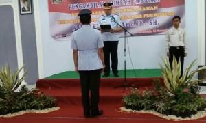 Kepala Rutan Kelas IIB Purworejo, Lukman Agung Widodo, saat memimpin upacara sumpah janji Ari Rahmanto, sebagai Kepala Kesatuan Pengamanan Rutan Purworejo - foto: Sujono/Koranjuri.com