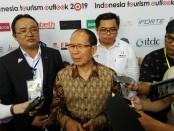 Ketua Indonesia Tourism Outlook 2019, I Made Ramia Adnyana, SE., MM., CHA., (kiri) dan Deputi Pengembangan Pemasaran Pariwisata Mancanegara Kementerian Pariwisata Prof. Dr. Ir. I Gde Pitana, M.Sc. (tengah) - foto: Koranjuri.com