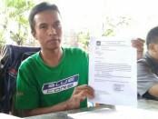 Rahmat Adhi Wibowo, menunjukkan surat pemecatan dirinya dan ketiga temannya yang dinilai tidak sesuai prosedur - foto: Sujono/Koranjuri.com