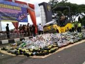 Ribuan miras hasil operasi kepolisian yang ditingkatkan, dimusnahkan Polres Purworejo, usai apel gelar pasukan Operasi Lilin 2018, Jum'at (21/12) - foto: Sujono/Koranjuri.com
