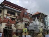 Sejumlah pekerja proyek Pasar Badung berusaha menyelesaikan tahap finishing pada Jumat, 21 Desember 2018. Ironisnya, prinsip K3 seperti terabaikan dengan banyaknya pekerja yang mengabaikan sistem keselamatan - foto: Koranjuri.com