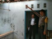 Atap rumah Kuryadi (60), seorang penjual balon udara, warga Desa Jatisari, Kebumen, jebol karena ledakan tabung gas pengisi balon - foto: Sujono/Koranjuri.com