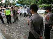 Aksi protes warga Desa Jladri, Buayan, Kebumen, bersama dengan PMII, Rabu (26/12). Mereka mempersoalkan masalah ketidaktransparanan proses pembebasan lahan milik warga yang akan digunakan untuk pembangunan Jalur Lingkar Selatan Selatan (JLSS) - foto: Sujono/Koranjuri.com