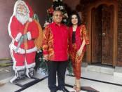 I Putu Parwata bersama istri - foto: Koranjuri.com