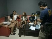 Sejumlah pemandu karaoke diperiksa tim gabungan dalam operasi hiburan malam yang digelar serentak - foto: Istimewa