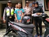 SSM, pengamen tersangka pencurian sepeda motor, kini ditahan di Mapolsek Purworejo, dengan barang bukti sebuah sepeda motor - foto: Sujono/Koranjuri.com