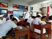 Ketua DPC Peradi Denpasar, I Wayan Purwita SH., MH saat memberikan ceramah dalam acara Lawyer Goes to School - foto: BNN/pro