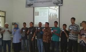 25 orang pembudidaya ikan menerima kartu dan polis asuransi dari Kementerian Kelautan dan Perikanan (KKP) - foto: Istimewa