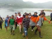 Jenasah korban yang tenggelam di waduk Sempor saat dievakuasi - foto: Sujono/Koranjuri.com
