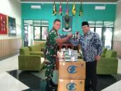 Bambang Sutrisno, anggota Komisi X DPR RI, saat memberikan bantuan buku kepada Yonif Mek 412 Purworejo, dan diterima oleh Kakorum Yonif Mek 412, Kapten Inf Agung PR, Selasa (18/12) - foto: Sujono/Koranjuri.com