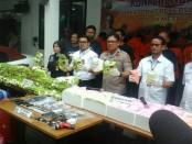 Subdit 2 Ditresnarkoba Polda Metro Jaya menangkap 7 tersangka YH alias O (41), N alias B (47), M alias O (36), AS alias AK (28), H Alias TM (28), AB alias ZB (38) dan HG (35) jaringan narkotika Internasional Malaysia-Palembang-Jakarta dengan barang bukti 70,733 kg methaphetamine (sabu-sabu) dan 49,238 butir amphetamine (ekstasi) - foto: Bob/Koranjuri.com