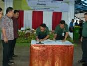 Direktur Utama PD Pasar, IB. Kompyang Wiranata dengan Plt. Direktur Utama BPD Bali, I Nyoman Sudharma melakukan penandatanganan kerjasama penerapan E-BOP di Pasar Ketapian Denpasar, Senin (3/12) - foto: Istimewa