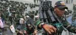 Mencekam, TNI Lindungi Pekerja Proyek Hindari Serangan KKSB