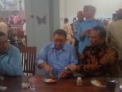 Keterangan foto: Eko Galgendu makan bersama wakil ketua DPR RI Fadlizon di rumah makan tengkleng galgendu solo utara./ Foto:koranjuri.com