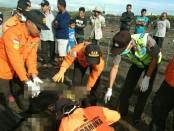 Proses evakuasi korban saat ditemukan - foto: Sujono/Koranjuri.com