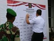 Kepala Rutan Kelas IIB Purworejo, Lukman Agung Widodo, saat menandatangani Deklarasi Janji Kinerja, Rabu (23/1), di aula Rutan Purworejo - foto: Sujono/Koranjuri.com