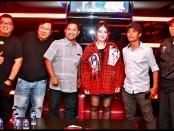 Bagus Darmayasa bersama tim dari Boshe VVIP Club Bali dan media berfoto bersama sebelum penyanyi dangdut itu tampil menghibur pengunjung - foto: Istimewa
