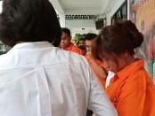 Tim Direktorat Reserse Narkoba Polda Metro Jaya menangkap Caca Duo Molek alias Caca Wulan Sari (CWS). Barang bukti sabu seberat 5,0966 gram dan ekstasi seberat 0,5 gram disita polisi dari penangkapan tersebut - foto: Bob/Koranjuri.com