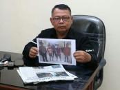 Kasubbag Humas Polres Kebumen, AKP Suparno, menunjukkan tiga foto tersangka pengeroyokan terhadap Andi Teguh Pamungkas, warga Desa Panjangsari, Gombong - foto: Sujono/Koranjuri.com