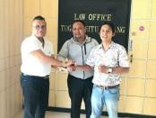 Togar Situmorang (kiri) bersama Klien (kanan) - foto: Istimewa