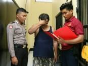 Tersangka HS, si Kanjeng Sultan abal-abal, warga Desa Tepakyang, Kecamatan Adimulyo, kini ditahan di Mapolres Kebumen - foto: Sujono/Koranjuri.com