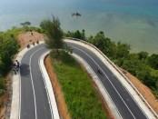 Jalan baru menuju Kawasan Strategis Pariwisata Nasional (KSPN) Mandeh di Sumatera Barat yang dirampungkan Kementerian PUPR - foto: Istimewa