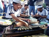 Lomba ngeelawar dan membuat sate lilit yang diikuti oleh siswa. Kegiatan itu diadakan dalam rangka menyambut HUT SMK PGRI 3 Denpasar Ke-19 - foto: Koranjuri.com