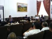 12 Anggota DPR RI dari Komisi V, saat mendengarkan paparan di rumah dinas bupati Purworejo, dalam kunjungan kerja spesifiknya, Rabu (23/1) – foto: Sujono/Koranjuri.com