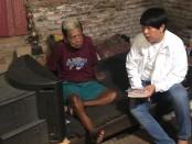 Sujap Jiman, pengarang Lagu Lingsir Wengi bersama pengacara Henry Indraguna di kediamannya di Pucangan Kartasura - foto: Koranjuri.com