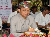 Gubernur Wayan Koster mengikuti nyurat lontar (menulis Aksara Bali di atas daun lontar, red) di lantai bawah Gedung Ksirarnawa Taman Budaya Provinsi Bali, Jumat, 1 Februari 2019 - foto: Istimewa