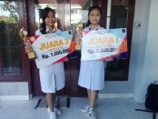Siswi SMK Dwijendra Denpasar, Ni Komang Ratna Sugiantari (kanan) dan Ni Wayan Asri Yuni Swari (kiri) meraih juara I dan III dalam Kejuaraan Olimpiade Akuntansi dan Pajak Ke-9 yang diadakan Fakultas Ekonomi Bisnis dan Pariwisata Universitas Hindu Indonesia - foto: Koranjuri.com