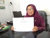 Samsiyah, S.Pd, Kepala SMK N 7 Purworejo, menunjukkan sertifikat Akreditasi dari BANSM Jateng, dengan predikat A (unggul) - foto: Sujono/Koranjuri.com