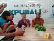 Divisi Sosialisasi, Partisipasi Masyarakat, Pendidikan Pemilih dan SDM KPU Provinsi Bali I Gede Jhon Darmawan (kiri) dan Ketua KPU Provinsi Bali, Dewa Agung Lidartawan (kanan) - foto: Koranjuri.com