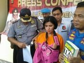 Tersangka Niswatun Badriyah (23) diekspos kepolisian Sektor Denpasar Selatan dalam kasus penipuan jasa masuk Bintara polisi - foto: Istimewa