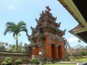 Mayoritas warga Desa Blimbingsari penganut Nasrani. Bangunan gereja disana tetap mengadopsi gaya bangunan Bali termasuk tata cara peribadatannya juga mengenakan busana Bali - foto: Istimewa