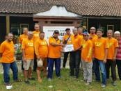Komunitas Sepeda TCC ( Tazz Cycling Club) Perumahan KBN Purworejo, saat mengadakan bakti sosial, Minggu (24/3), di lokasi terdampak banjir di wilayah Purwodadi dan Bagelen - foto: Sujono/Koranjuri.com