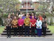 Dirjen Administrasi Hukum Umum (AHU) Kemenkumham Cahyo Rahadian Muzhar (depan tengah) bersama pengurus Yayasan Dwijendra Denpasar - foto: Koranjuri.com
