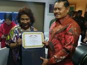 Menteri Kelautan dan Perikanan Susi Pudjiastuti memberikan penghargaan kepada Panglima Komando Armada I (Pangkoarmada I)  Laksamana Muda TNI Yudo Margono - foto: Istimewa