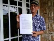 Akhmad Fauzi, Pembina Yayasan Manggala Praja Adi Purwa, menunjukkan surat pengaduannya ke polisi - foto: Sujono/Koranjuri.com