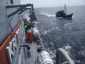 KRI Teuku Umar-385 menangkap Kapal Ikan Asing (KIA) Vietnam yang diduga melakukan kegiatan illegal fishing di wilayah Perairan Zona Ekonomi Eklusif (ZEE) Indonesia Jumat (8/3/2019) - foto: Istimewa