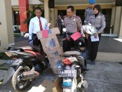 Kapolres Purworejo, AKBP Indra Kurniawan Mangunsong, menunjukkan barang bukti sepeda motor yang digunakan tersangka untuk menjambret korban - foto: Sujono/Koranjuri.com
