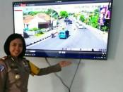Kasatlantas Polres Purworejo, AKP Nyi Ayu Fitria Facha, menunjukkan pantauan layar monitor CCTV di ruang kontrol untuk E-TLE yang dipasang di pertigaan Lengkong, Purworejo - foto: Sujono/Koranjuri.com