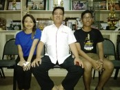 Ketua OSIS Gede Pramana (kiri), kepala SMA Negeri 1 Denpasar, Kepala Sekolah M. Rida, S.Pd., M.Pd (tengah) dan Ketua Panitia Cindy (kanan) - foto: Koranjuri.com