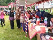 Kepala SMP N 8 Purworejo, Drs Bambang Sukmonohadi, MM, didampingi Ketua OSIS, Dini Hidayati, saat meninjau stand expo - foto: Sujono/Koranjuri.com