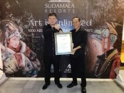 Wakil Direktur MURI Oesman Semesta Soesilo bersama Pelukis Arya Trimini Putra  - foto: Koranjuri.com
